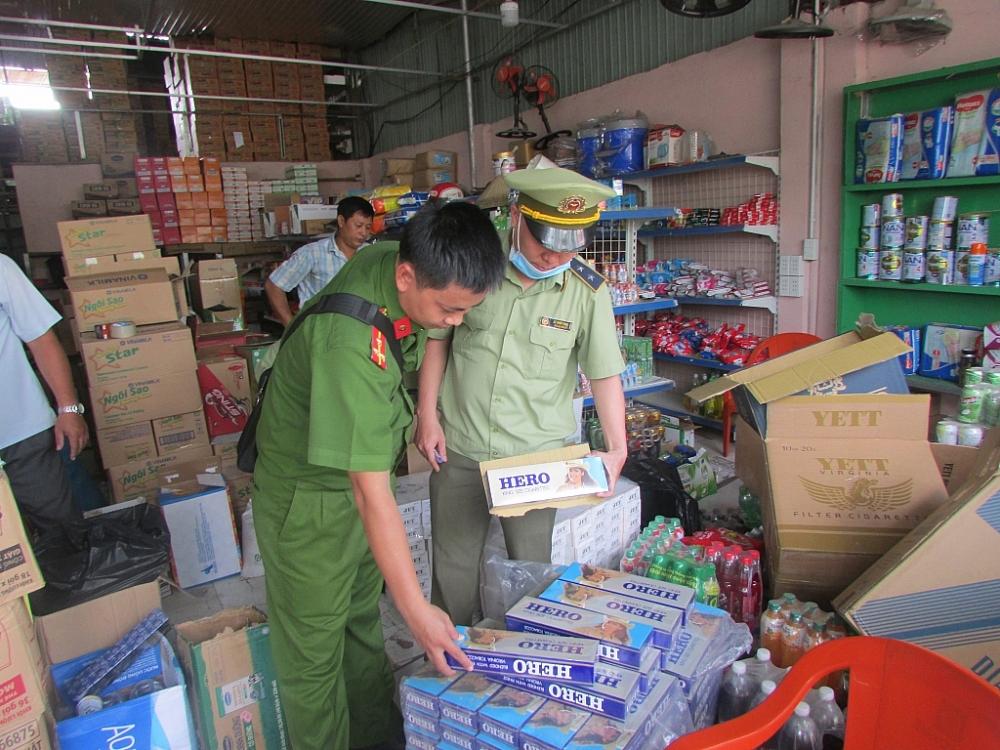Lực lượng chức năng kiểm tra tang vật thuốc lá nhập lậu. Nguồn Tổng cục QLTT