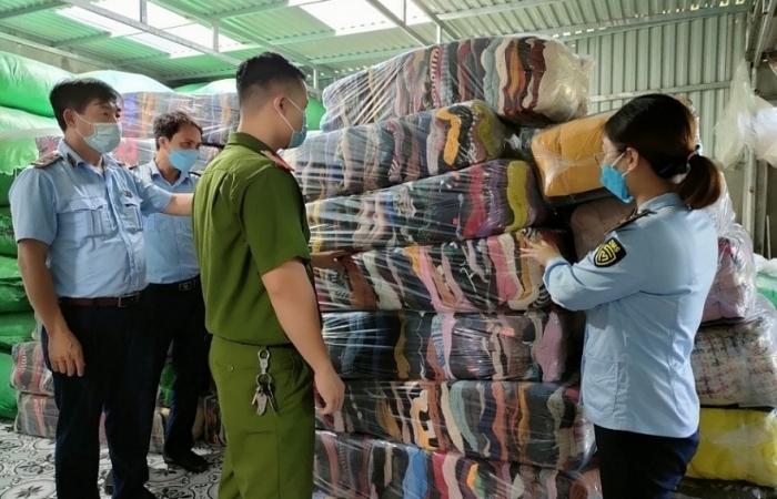Tạm giữ hơn 2,6 tấn vải, áo len không rõ nguồn gốc, xuất xứ