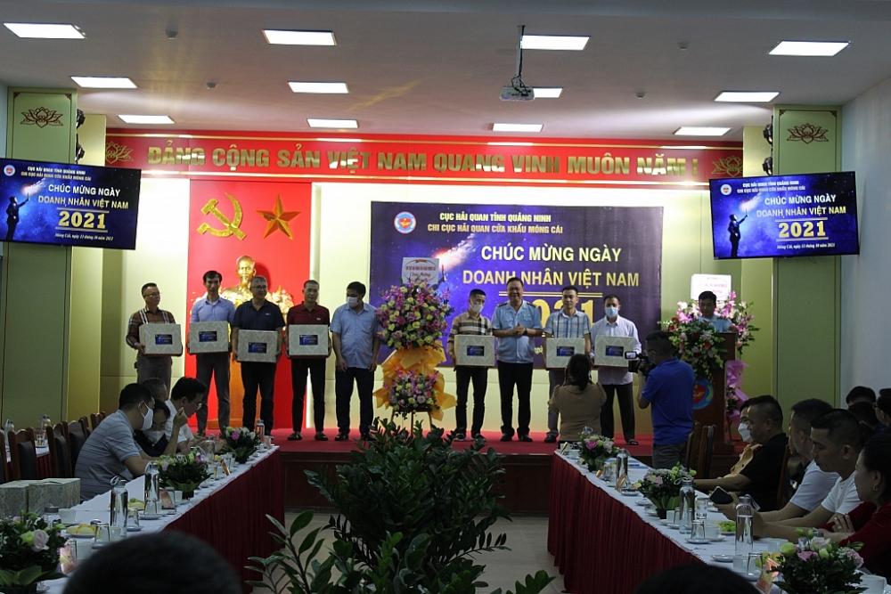 Lãnh đạo Chi cục Hải quan cửa khẩu Móng Cái Phần tặng hoa chúc mừng và Trao quà lưu niệm cho các doanh nghiệp tiêu biểu.