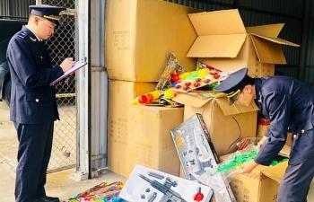 Hải quan Móng Cái bắt giữ đồ chơi bạo lực Trung Quốc nhập lậu