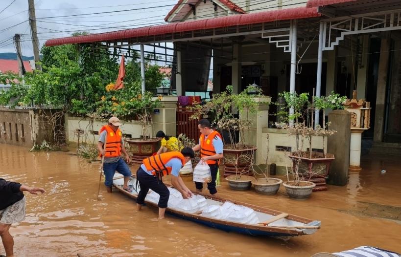 Hải quan Quảng Trị chung tay ủng hộ đồng bào khắc phục hậu quả bão lụt
