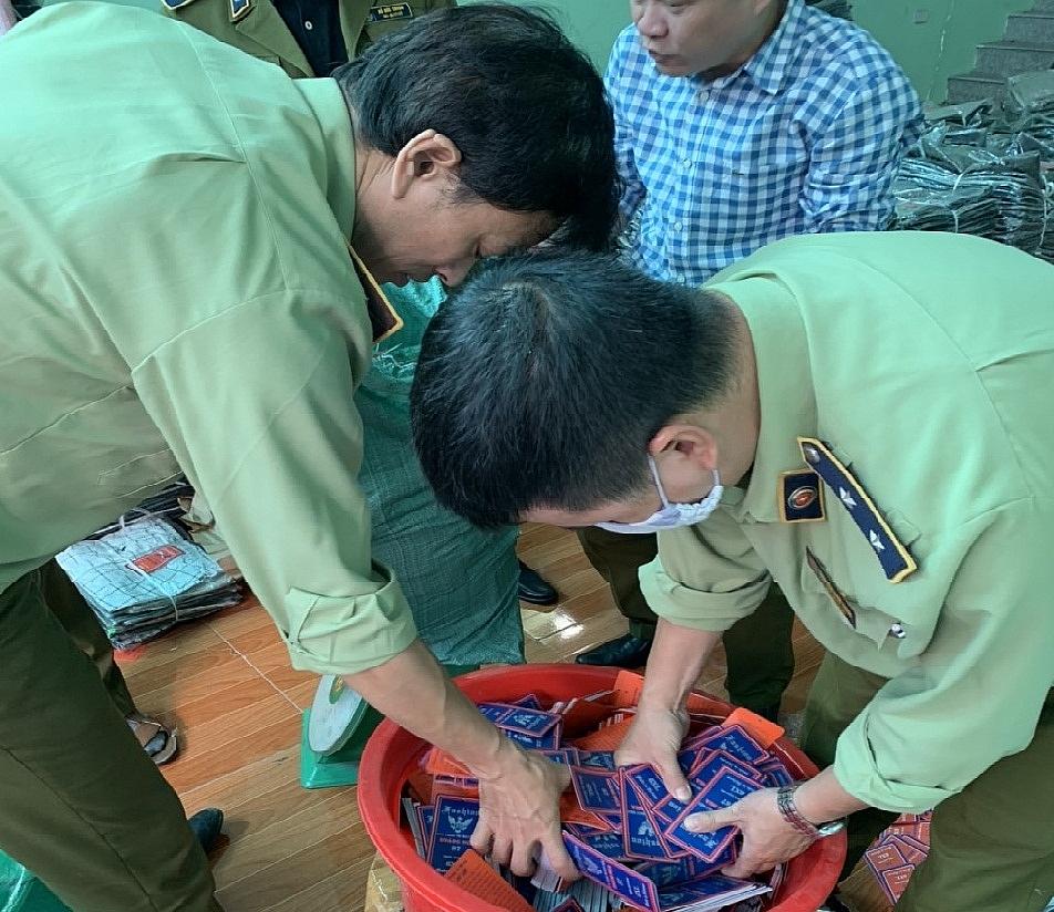 Lực lượng QLTT Hà Nội kiểm tra hàng hóa.