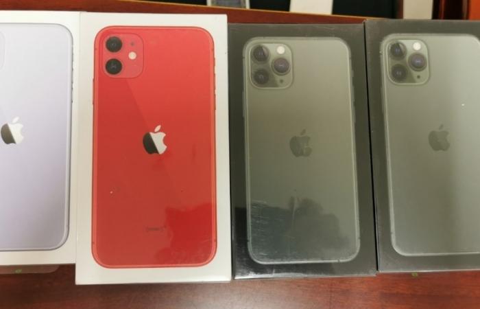 Thu giữ 50 chiếc điện thoại iPhone không giấy tờ