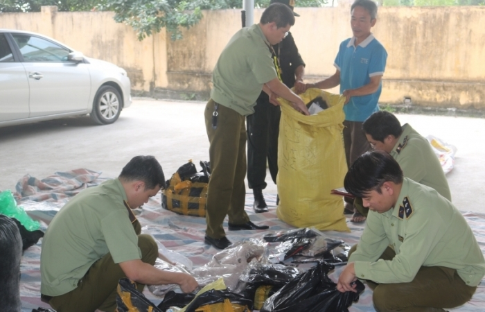 Chặn đứng xe ô tô chở gần 2.300 chiếc quần áo, giày dép nhập lậu