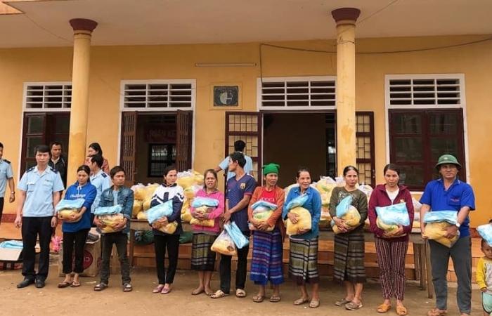 Thanh niên Hải quan Quảng Trị tiếp tục thăm hỏi, trao quà cho người dân vùng lũ