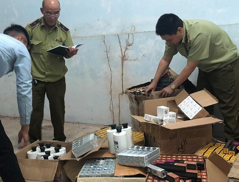 Lực lượng QLTT kiểm tra lô mỹ phẩm nhập lậu.