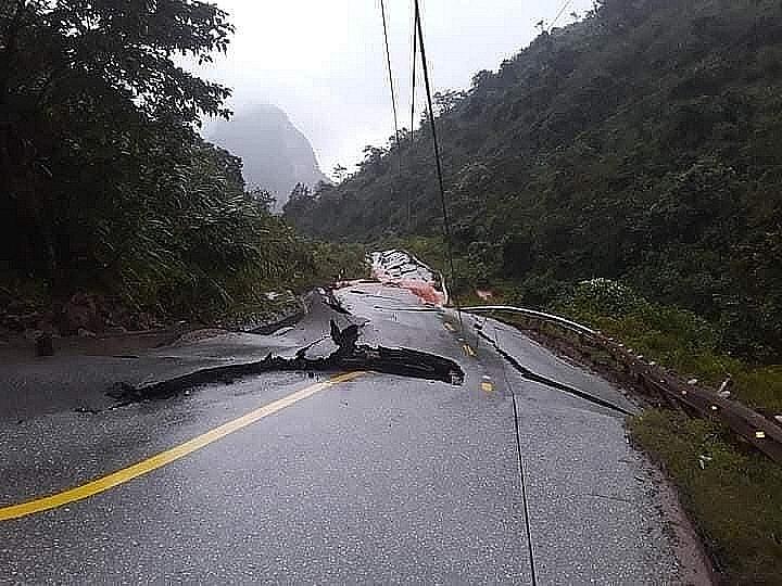 Nhiều vết nứt lớn xuất hiện trên Đường 12A cách cửa khẩu quốc tết Cha Lo 4km. Ảnh do Chi cục Hải quan cửa khẩu Cha Lo cung cấp
