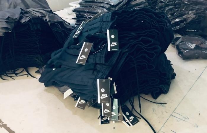Thu giữ hơn 3.400 sản phẩm quần áo nghi giả nhãn hiệu Nike, Adidas