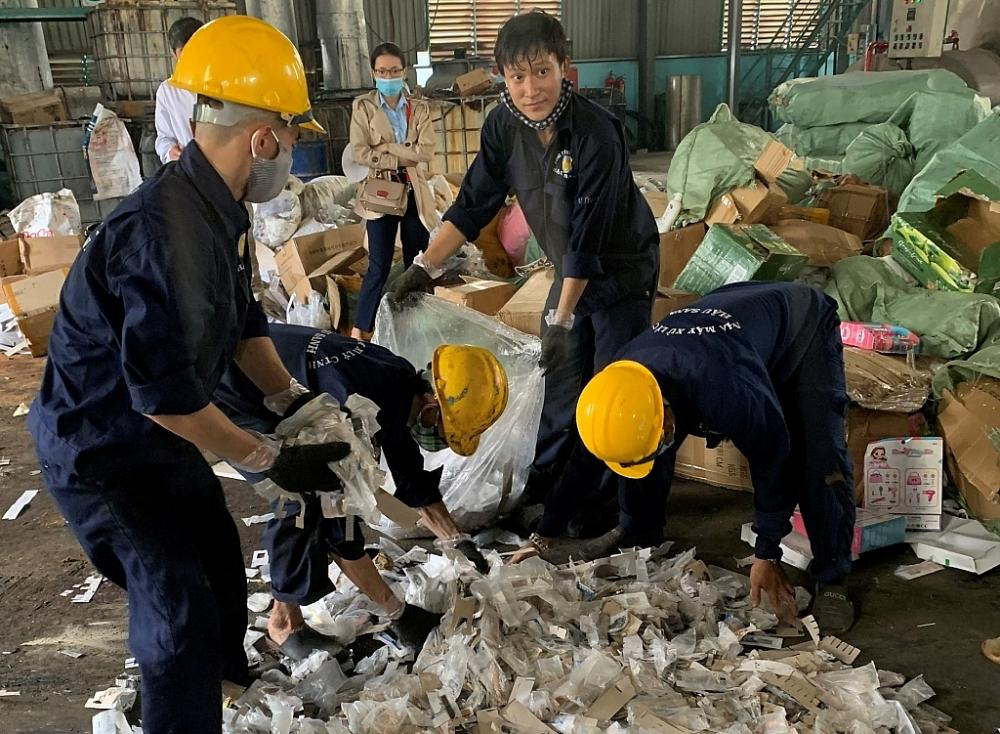 Lực lượng chức năng phối hợp tiêu hủy hàng hóa.