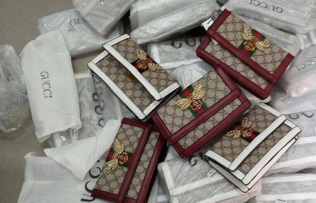 Thu giữ gần 700 túi xách có dấu hiệu giả mạo Chanel, Gucci