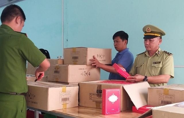 Phát hiện xưởng may chứa hơn 10.000 sản phẩm mỹ phẩm nhập lậu