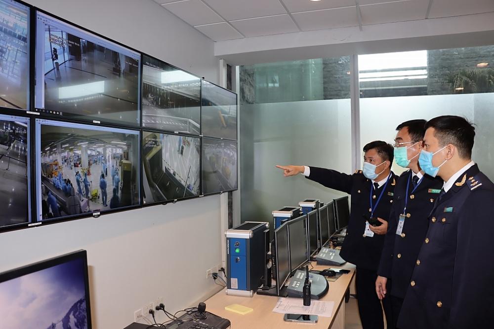 Lãnh đạo chi cục và công chức Hải quan thực hiện giám sát các hoạt động soi chiếu để kịp thời chỉ đạo để xử lý nghiêm hành vi vi phạm thông qua hế thống camera Ảnh; Q.H