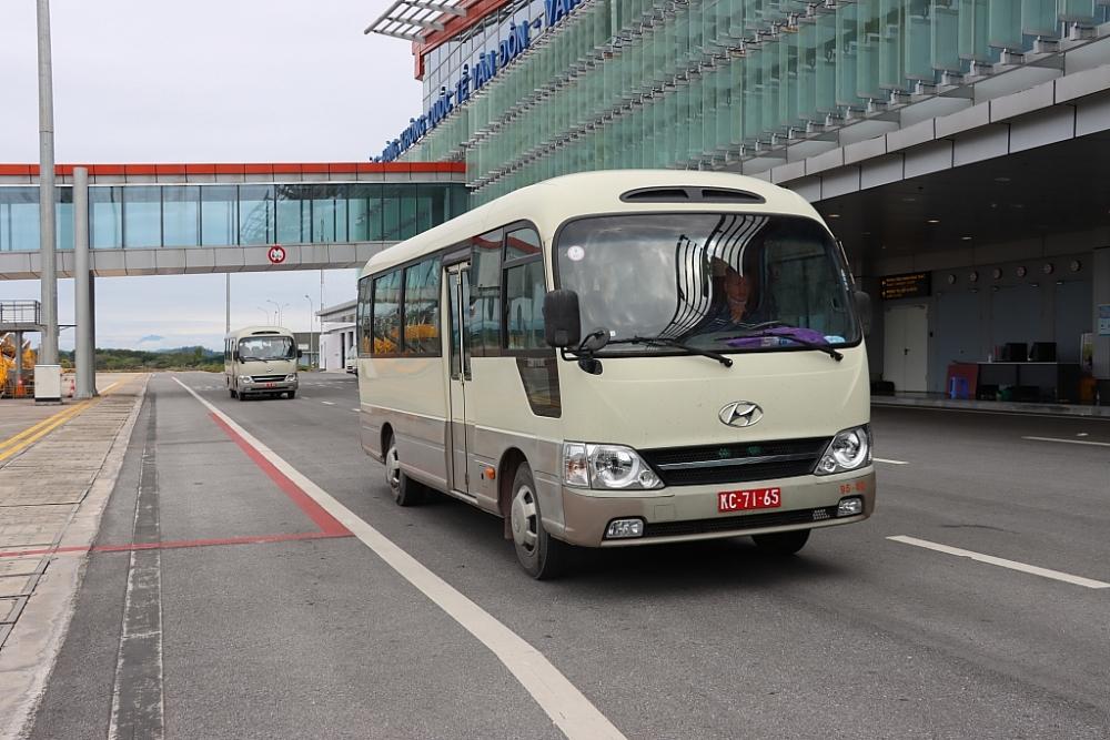 Hình ảnh công chức Hải quan Vân Đồn làm thủ tục công dân trở về từ vùng dịch