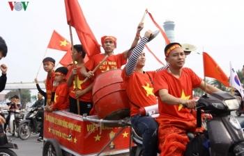 Trở về nước, ĐT Việt Nam hạnh phúc trong vòng tay người hâm mộ