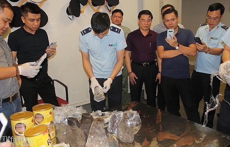 video nguoi nuoc ngoai van chuyen gan 15 kg sung te giac