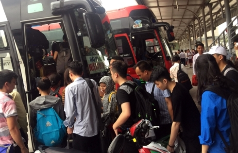 Nghỉ lễ 30/4 - 1/5: Dòng người ùn ùn đổ về các bến xe ở Hà Nội