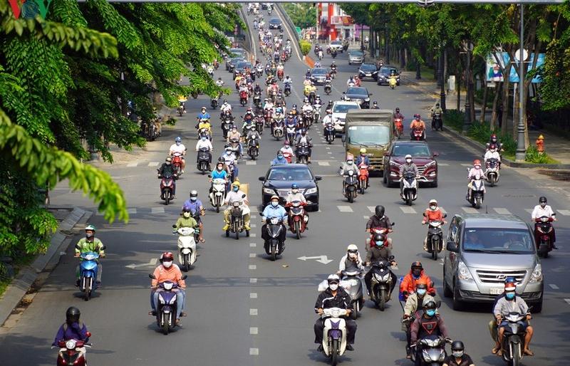 """Sau công văn khẩn nhắc """"cách ly xã hội"""", người dân ra đường càng đông"""