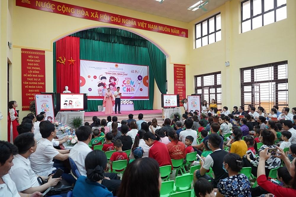 """Chương trình """"Sinh Con, Sinh Cha"""" tại Bắc Ninh thu hút sự tham gia đông đảo của hơn 300 phụ huynh, thiếu nhi, cán bộ, giáo viên mầm non địa phương"""