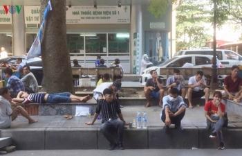 Bệnh nhân, người nhà lao đao vì cái nắng như đổ lửa ở Hà Nội