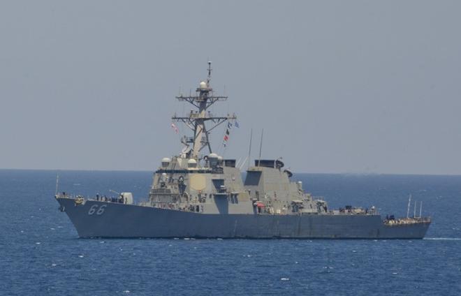 """Điều tàu khu trục tới vùng Vịnh, ông Trump """"đùa với lửa"""" ở Trung Đông"""