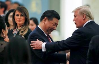 """Trump """"vừa đấm vừa xoa"""" Trung Quốc trước cuộc gặp Tập Cận Bình"""