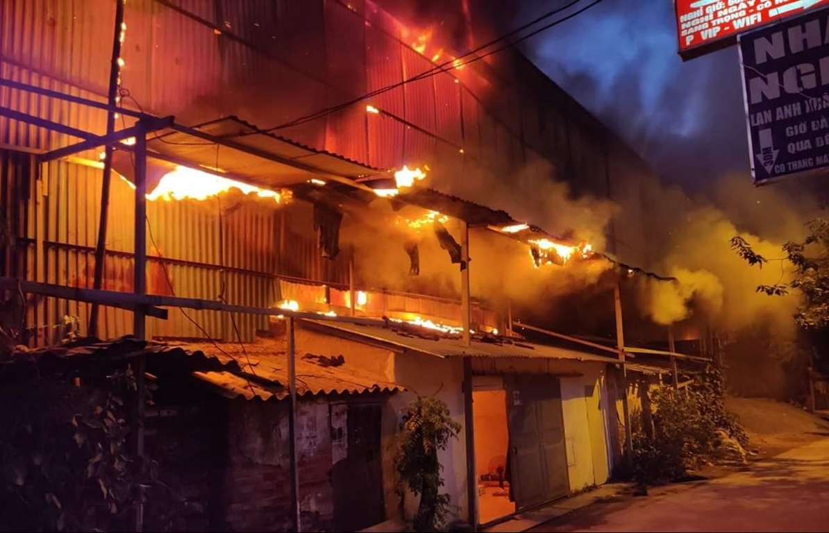 Lửa cháy từ kho của Công ty Rạng Đông bắt đầu lan sang nhà dân