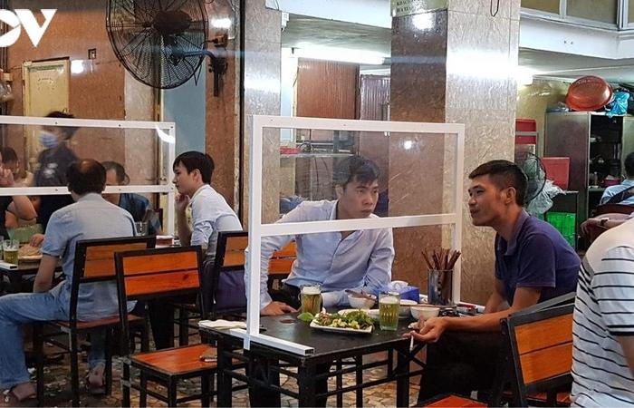 """Photos: Hàng quán Hà Nội thiết lập """"lá chắn"""" phòng, chống dịch COVID-19"""