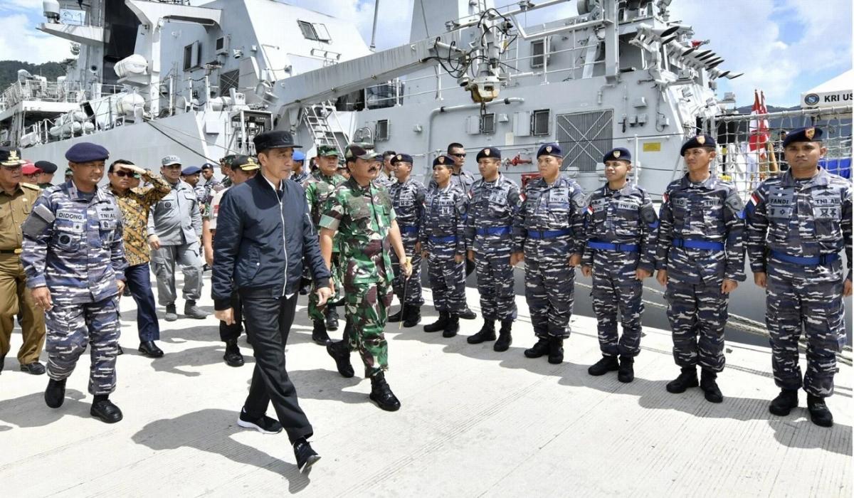 Tổng thống Indonesia Widodo thăm lực lượng quân đội làm nhiệm vụ ở Natuna hồi tháng 1. Ảnh: AP.