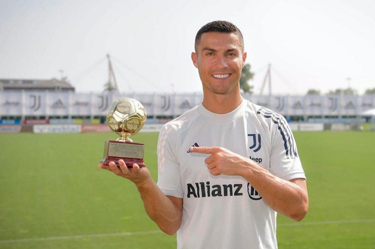 Cristiano Ronaldo khoe danh hiệu với người hâm mộ trên trang cá nhân. (Ảnh: FBNV)