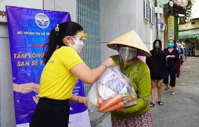 """Bưu điện Việt Nam ủng hộ 10.000 thiết bị thông minh cho chương trình """"Sóng và máy tính cho em"""""""