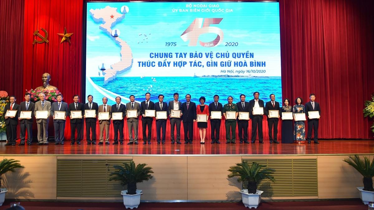 Lãnh đạo Bộ Ngoại Giao trao tặng kỷ niệm chương cho cán bộ Ủy ban Biên giới Quốc gia