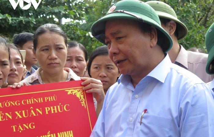 Hình ảnh Thủ tướng ân cần thăm hỏi, động viên đồng bào vùng lũ Quảng Bình