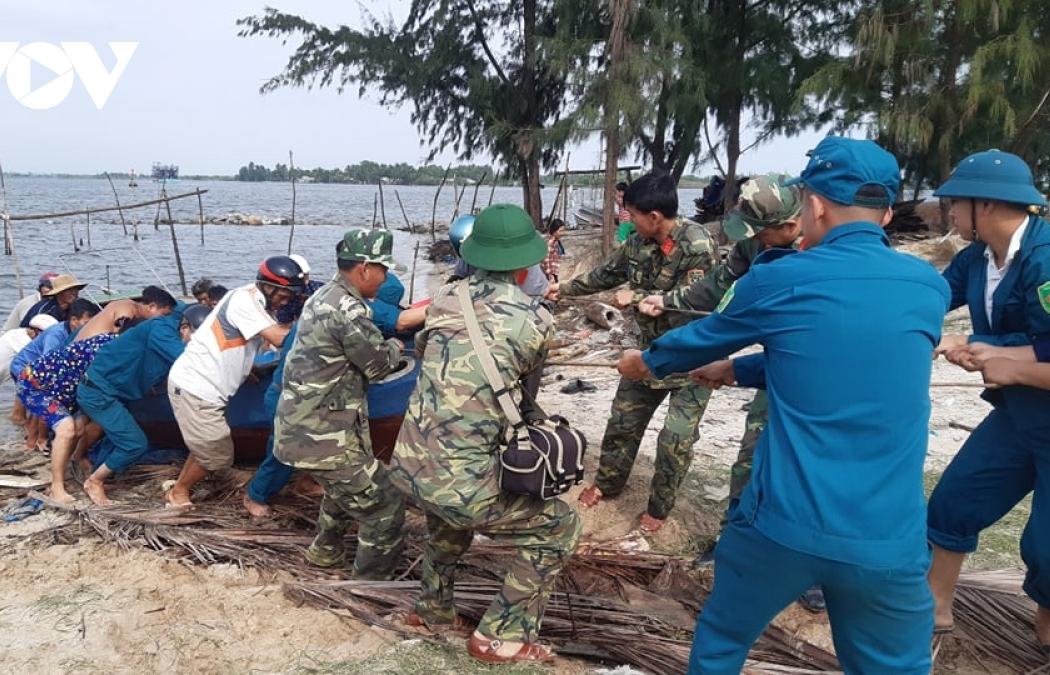 Ảnh: Người dân miền Trung khẩn trương sơ tán tránh bão số 9