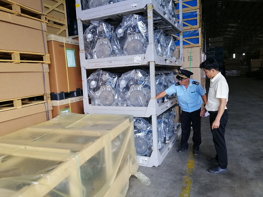 Công chức Cục Hải quan Quảng Nam kiểm tra linh kiện ô tô nhập khẩu. Ảnh: M. Hùng