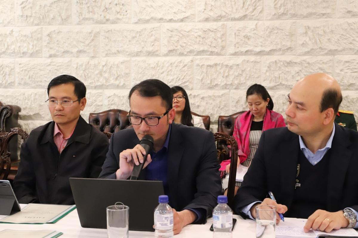 Giáo sư Chu Hoàng Long (trái) và tiến sỹ Đỗ Nam Thắng (giữa), Đại học ANU chia sẻ nhiều ý kiến tâm huyết.