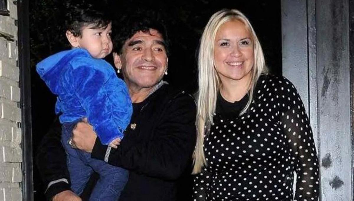 Maradona, Veronica và bé Fernando. (Ảnh: Getty)