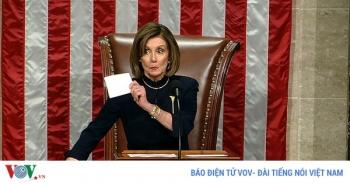 """""""Chiêu bài"""" trì hoãn của bà Pelosi khi ông Trump bị Hạ viện luận tội"""