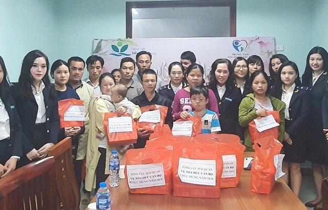 Vụ Tổ chức cán bộ trao hơn 100 suất quà Tết cho bệnh nhân nhi
