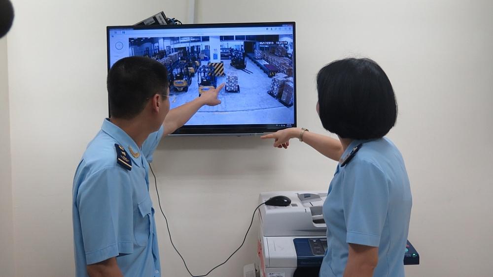 CBCC Chi cục Hải quan cửa khẩu sân bay quốc tế Nội Bài giám sát hàng hóa XNK qua camera. Ảnh: N.Linh