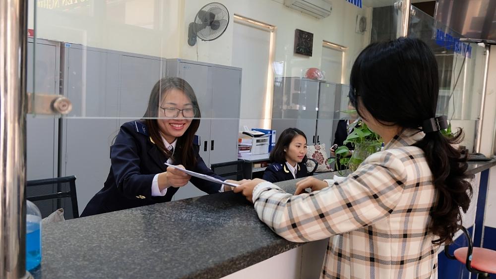 Công chức Cục Hải quan Thanh Hóa hướng dẫn thủ tục cho DN. Ảnh: N.Linh