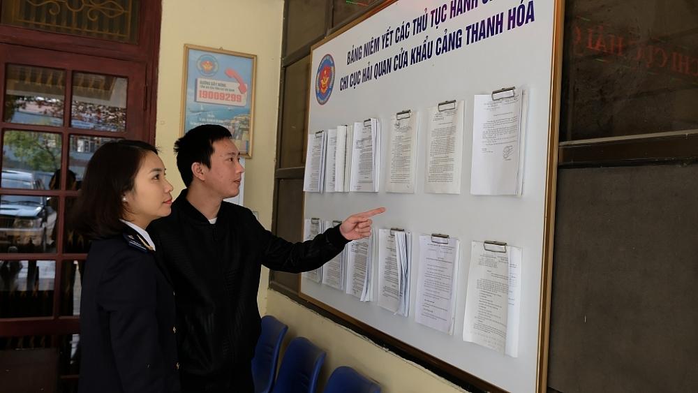 Văn bản quy phạm pháp luật mới được niêm yết công khai tại các địa điểm làm thủ tục hải quan. Ảnh: N.Linh