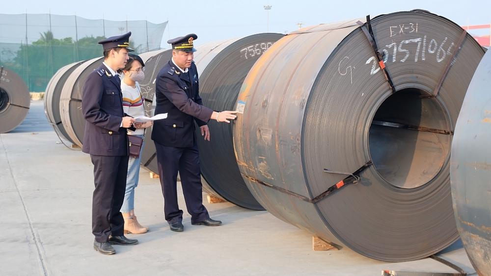 CBCC Chi cục Hải quan cửa khẩu cảng Nghi Sơn kiểm tra hàng hóa XNK. Ảnh: N.Linh