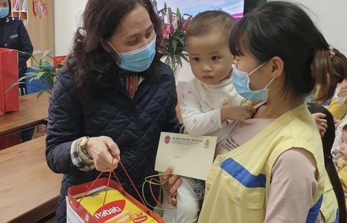 Vụ Tổ chức cán bộ trao 20 suất quà Tết cho bệnh nhân khó khăn