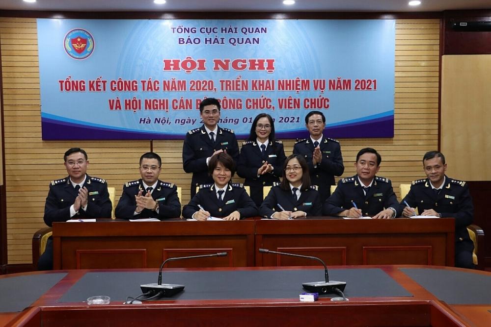 Lãnh đạo Tạp chí Hải quan chứng kiến chứng kiến lãnh đạo các phòng và Văn phòng đại diện Báo Hải quan tại TPHCM ký giao ước thi đua. Ảnh: Quang Hùng