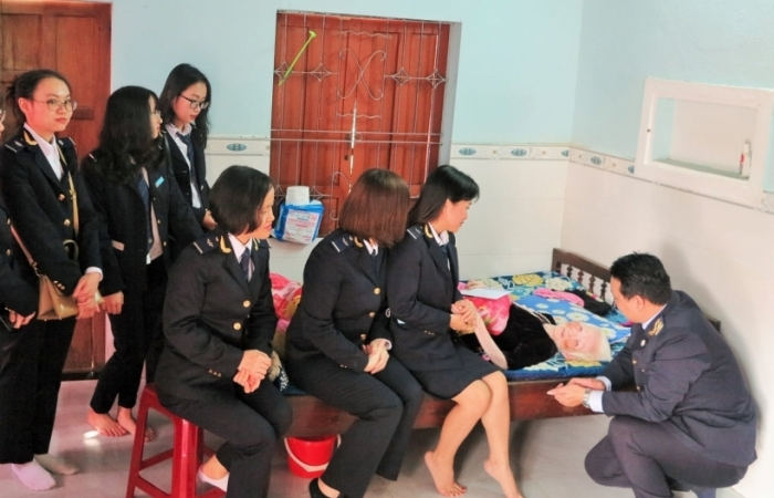 Hải quan Đà Nẵng: Mang xuân yêu thương đến với Mẹ Việt Nam anh hùng