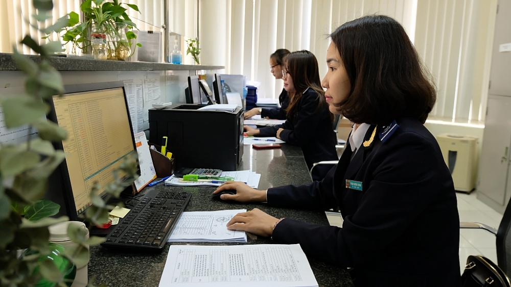 Công chức Chi cục Hải quan cửa khẩu cảng Thanh Hóa thực hiện nghiệp vụ. Ảnh: N.Linh
