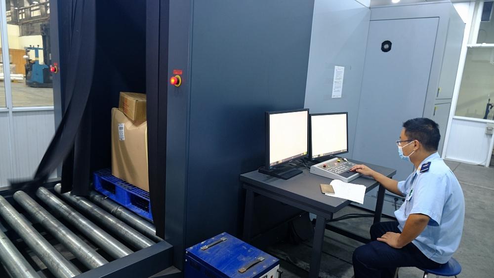 CBCC Chi cục Hải quan cửa khẩu sân bay quốc tế Nội Bài giám sát hàng hóa bằng máy soi. Ảnh: N.Linh