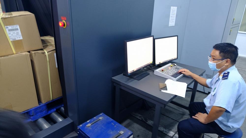 Giám sát hàng hóa bằng máy soi tại Cửa khẩu sân bay quốc tế Nội Bài. Ảnh: N.Linh