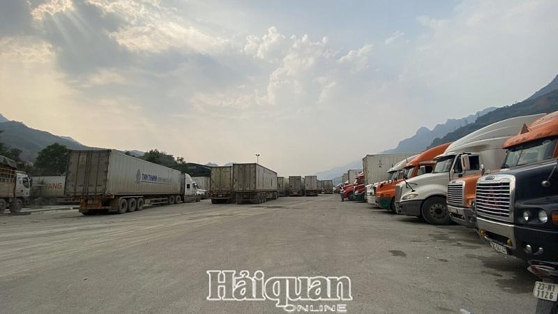 khoang 300 xe hang ton tai khu vuc cua khau quoc te thanh thuy cho xuat khau