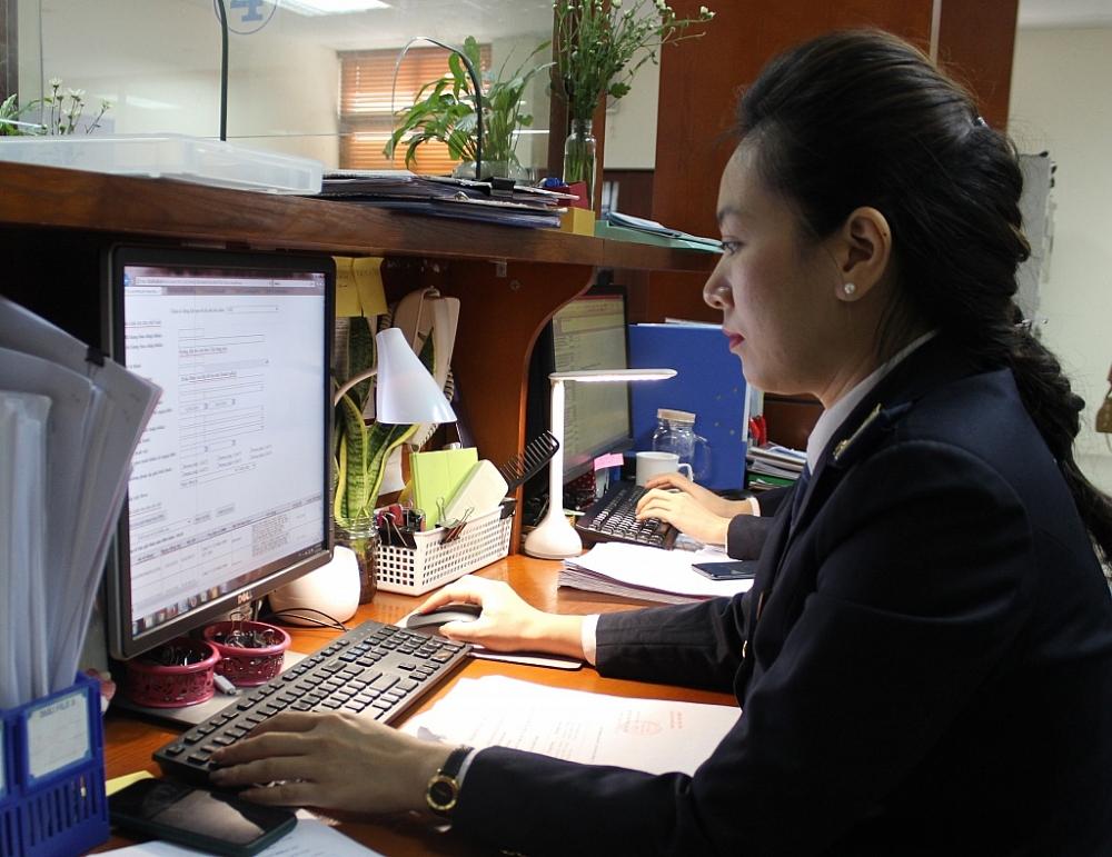 Công chức Cục Hải quan Hà Nội thực hiện nghiệp vụ. Ảnh: N.Linh